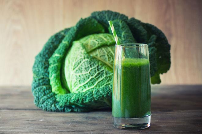 Wir verraten Dir, wie gesund die grünen Smoothies sind, warum sie aber kein Wundermittel sind, Du sie aber dennoch ausprobieren solltest.