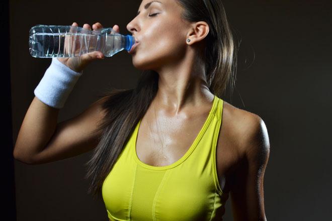 Kannst Du abnehmen mit Wasser? Wir nehmen den Mythos unter die Lupe und erklären Dir, wie Dir Wassertrinken beim Abnehmen helfen kann.