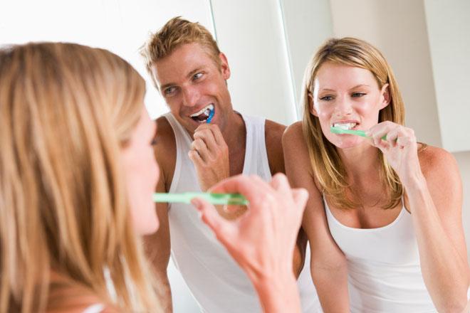 Ist Fluorid-Zahnpasta schädlich? Wir beantworten diese Frage und verraten Dir, wie Deine Zähne gesund und stark bleiben und Du Karies vermeidest.