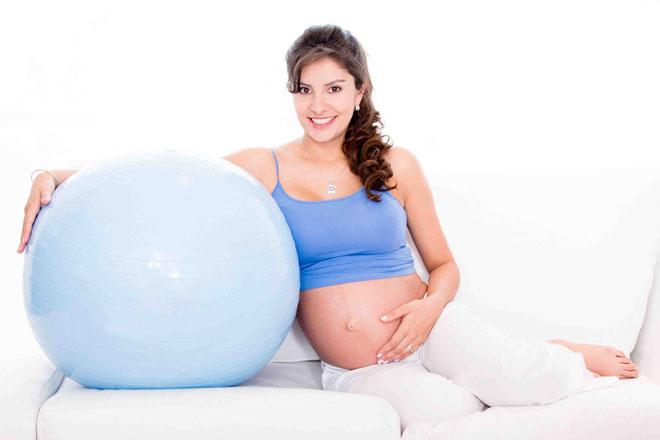Pilates in der Schwangerschaft tut Mutter und Baby gut. Wir verraten Dir, welche Übungen Du bis zu welchem Monat machen kannst und solltest.