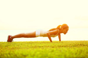 Du suchst eine Übungen, mit der Du Deinen gesamten Körper trainieren kannst? Dann sind Liegestütze-Muskelaufbau-Übungen genau das Richtige für Dich!