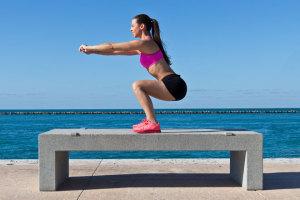 Kniebeugen sind der Fitness-Klassiker für einen knackigen Po und straffe Beine. Wir verraten Dir, was Kniebeugen sind und worauf Du achten musst.