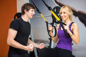 Schlingentraining trainiert nicht nur Deine Muskulatur, sondern stärkt zudem Deine Balance und Körperstabilität. Wir erklären Dir, worauf Du achten solltest