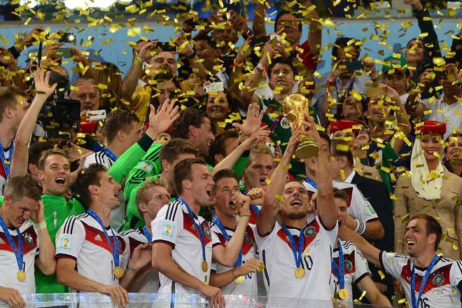 Ein Amerikaner macht die deutsche Fußball-Nationalmannschaft fit. Wir erklären Dir, wie das Training aussieht und wie Du trainierst wie ein Weltmeister.
