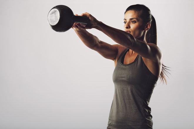 Der Kettlebell Swing ist ein Klassiker und verhilft dir zu einem knackigen Hintern, trainiert aber auch weitere Muskeln und dein Herz-Kreislauf-System.