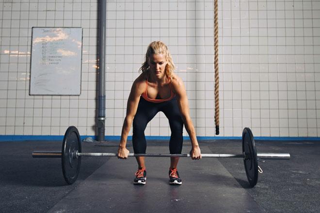 Kreuzheben gehört zu den 3 Grundübungen beim Kraftsport. Wir erklären, wie du Kreuzheben korrekt ausführst und warum sie Teil deines Trainings sein sollten.