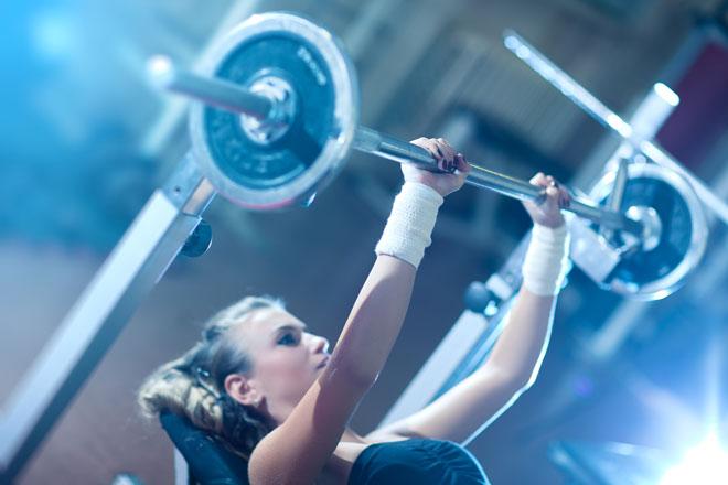 Bankdrücken gehört zu den drei Grundübungen im Krafttraining und trainiert deine Arm- und Brustmuskulatur. Wir erklärend dir die richtige Technik.