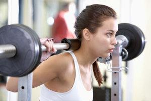 Wir erklären dir, warum Krafttraining für Frauen wichtig ist und warum du unbedingt mit Gewichten trainieren solltest, um einen straffen Körper zu bekommen.