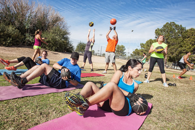 Outdoor Fitness Bootcamps versprechen ein forderndes Training an der frischen Luft, das du in einer Gruppe und mit viel Spaß absolvierst.