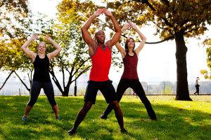 Der Hampelmann trainiert deine Ausdauer an und bringt viel Spaß. Wir erklären dir, wie du die Jumping Jacks in dein Training einbaust.