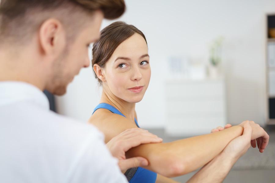 Tennisarm Behandlung durch Physiotherapeuten